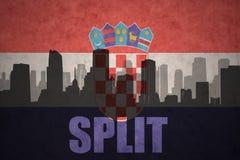 Abstraktes Schattenbild der Stadt mit Text spaltete sich an der Weinlesekroat-Flagge auf Lizenzfreies Stockbild