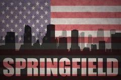 Abstraktes Schattenbild der Stadt mit Text Springfield an der Weinleseamerikanischen flagge Stockfoto