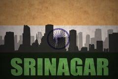 Abstraktes Schattenbild der Stadt mit Text Srinagar an der Weinleseinderflagge Lizenzfreies Stockbild