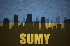 Abstraktes Schattenbild der Stadt mit Text Sumy an der Weinleseukrainerflagge Lizenzfreie Stockfotografie