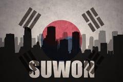 Abstraktes Schattenbild der Stadt mit Text Suwon an der Weinlesesüdkorea-Flagge Lizenzfreie Stockfotos