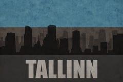 Abstraktes Schattenbild der Stadt mit Text Tallinn an der estnischen Flagge der Weinlese Lizenzfreie Stockbilder