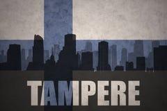 Abstraktes Schattenbild der Stadt mit Text Tampere an der finnischen Flagge der Weinlese Stockbilder