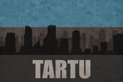 Abstraktes Schattenbild der Stadt mit Text Tartu an der estnischen Flagge der Weinlese Stockfotos