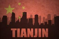 Abstraktes Schattenbild der Stadt mit Text Tianjin an der Weinlesechineseflagge Stockbild