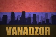 Abstraktes Schattenbild der Stadt mit Text Vanadzor an der Weinlese Armenianflagge Stockfoto