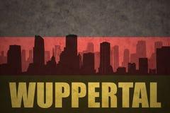 Abstraktes Schattenbild der Stadt mit Text Wuppertal an der Weinlesedeutschflagge Stockfotografie