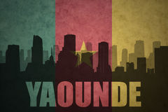 Abstraktes Schattenbild der Stadt mit Text Yaounde an der Weinlese Cameroon-Flagge Stockfotos