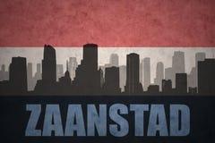 Abstraktes Schattenbild der Stadt mit Text Zaanstad an der Weinleseholländerflagge Lizenzfreie Stockbilder