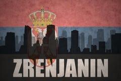 Abstraktes Schattenbild der Stadt mit Text Zrenjanin an der serbischen Flagge der Weinlese Stockfoto