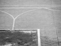 Abstraktes schmutziges Schwarzweiss-Dach und undeutlicher Zementboden Stockfoto