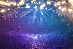 abstraktes Schwarzes, Gold und blauer Funkelnhintergrund mit Feuerwerken Weihnachtsabend, 4. des Juli-Feiertagskonzeptes Stockfoto
