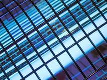 Abstraktes schwarzes industrielles Rasterfeld, blaue Beleuchtung, Lizenzfreie Stockfotos