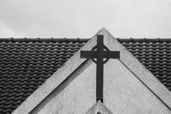 Abstraktes Schwarzweiss-Bild des Metalldes heiligen Kreuzes oder -kruzifixs auf die Oberseite der weißen Kirche Lizenzfreie Stockfotografie