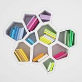 Abstraktes sechseckiges Regal voll von mehrfarbigen Büchern, lokalisiert auf weißem Hintergrund Lizenzfreie Stockbilder