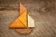 Abstraktes Segelboot vom Tangrampuzzlespiel Stockfoto