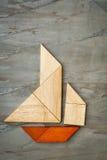 Abstraktes Segelboot vom Tangrampuzzlespiel Stockfotografie