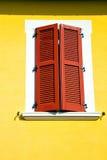 Abstraktes sonniges Italiens roter Fenster varano borghi Paläste Lizenzfreies Stockbild