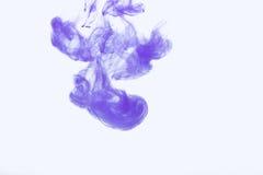 Abstraktes Spritzen der Acrylfarbe im Wasser auf einem weißen Hintergrund Stockfoto