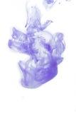 Abstraktes Spritzen der Acrylfarbe im Wasser auf einem weißen Hintergrund Lizenzfreies Stockfoto