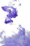 Abstraktes Spritzen der Acrylfarbe im Wasser auf einem weißen Hintergrund Lizenzfreie Stockfotos