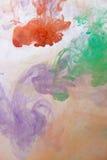 Abstraktes Spritzen der Acrylfarbe im Wasser auf einem weißen Hintergrund Lizenzfreies Stockbild