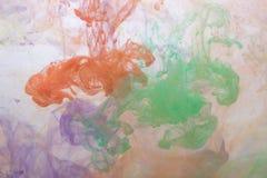 Abstraktes Spritzen der Acrylfarbe im Wasser auf einem weißen Hintergrund Stockfotos