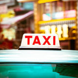 Abstraktes Stadtbild mit Taxiauto an der Nachtstadt Hon Kong Stockfotos