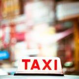 Abstraktes Stadtbild mit Taxiauto an der Nachtstadt Hon Kong Lizenzfreies Stockfoto