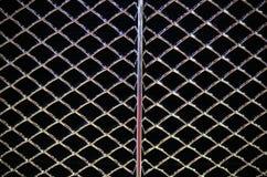 Abstraktes Stahlgitter vom Autoheizkörper, schwarzer Hintergrund Stockfoto