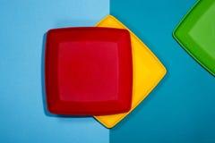 Abstraktes Stillleben mit den roten, gelben und grünen Platten Stockfoto