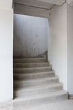 Abstraktes Treppenhaus des konkreten Gebäudes Lizenzfreie Stockfotos