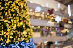 Abstraktes undeutliches bokeh Weihnachten mit Einkaufszentrumhintergrund Stockbild