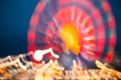 Abstraktes Unschärfe-Bild von belichtetem Ferris Wheel In Amusement Park Stockfotografie