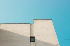Abstraktes weißes Architekturfragment mit Wänden und Dekorationselement Stockbild