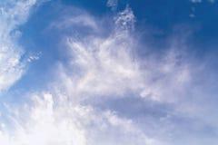 Abstraktes weißes bewölktes auf Hintergrund des blauen Himmels Stockfotos
