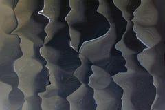 Abstraktes weißes und grau vertikale Stöße stockfoto