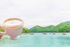 Abstraktes Weiche verwischt und Weichzeichnung ein Tasse Kaffee, das Floss, der Sumpf, der Gebirgsschöne Himmel und Wolke bei Hua Lizenzfreies Stockfoto