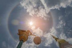 Abstraktes Weiche verwischt und Weichzeichnungssonnenhalo mit dem Schongebiet, dem Tempel, schönen der Himmelwolke durch den Stra Stockbild