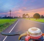 Abstraktes Weiche verwischte das Schattenbild der Sonnenaufgang, die Straße, das grüne Feld des ungeschälten Reises mit dem schön Lizenzfreie Stockfotos