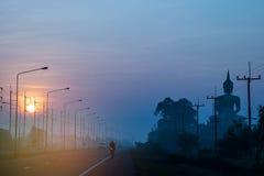 Abstraktes Weiche verwischte das Schattenbild der Sonnenaufgang, die Straße, der große Buddha mit dem schönen Himmel und der Wolk Stockbild