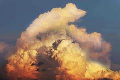Abstraktes Weiche verwischte halb Schattenbild des Sonnenuntergangs mit der schönen Himmelwolke, Sturm, Gewitterhimmelwolken am A Stockfotografie