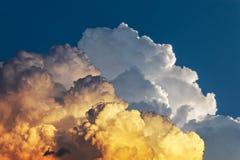 Abstraktes Weiche verwischte halb Schattenbild des Sonnenuntergangs mit der schönen Himmelwolke, Sturm, Gewitterhimmelwolken am A Stockbild