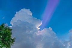 Abstraktes Weiche verwischte halb Schattenbild des Sonnenuntergangs mit der schönen Himmelwolke, Sturm, Gewitterhimmelwolken am A Lizenzfreie Stockbilder