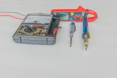 Abstraktes Weiche verwischte Vielfachmessgeräte, Klammernmeter, Lötkolben, Schraubenzieherfeuerkontrolle, mit dem weißen Kopienra Stockbild