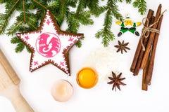 Abstraktes Weihnachts-und neues Jahr-Hintergrund mit Lebkuchen Stockfotos