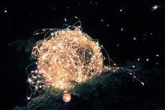 Abstraktes Weihnachtsfunkeln beleuchtet Ball auf Weihnachtsbaum mit warmem SP Stockbild