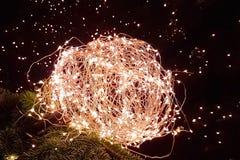 Abstraktes Weihnachtsfunkeln beleuchtet Ball auf Weihnachtsbaum mit warmem SP Lizenzfreie Stockfotografie