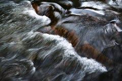 Abstraktes Wellenmuster auf dem flüssigen Fluss Stockfoto