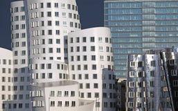 Abstraktes zeitgenössisches Silber gebogene Gebäude Stockbild